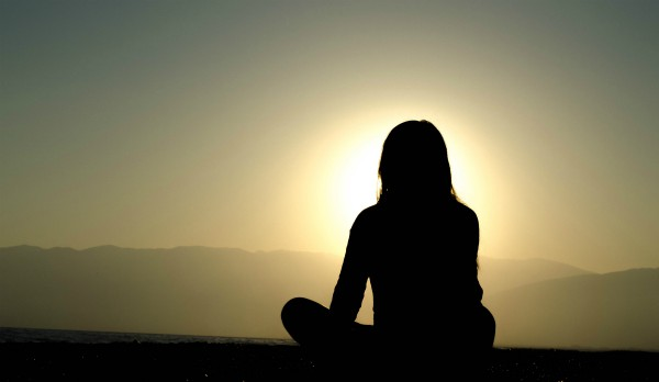 meditation silhouette against sunrise |The Best Meditation Apps to Stress Less This Year https://positiveroutines.com/best-meditation-apps-new-year/