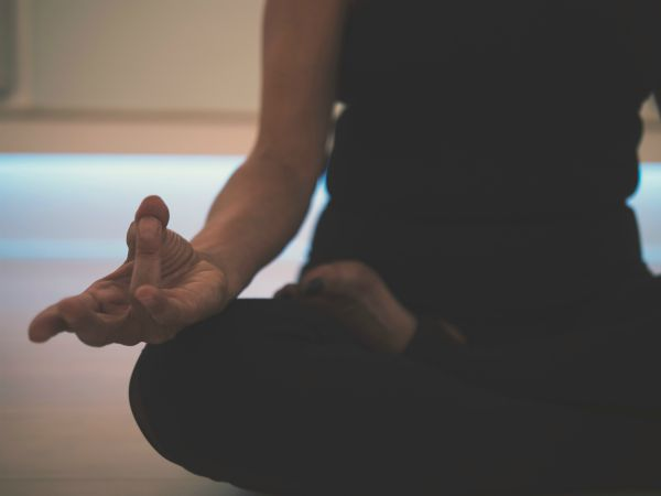 woman meditating | The Happiest Stories of 2018 to Get You in The Spirit https://positiveroutines.com/happiest-stories/