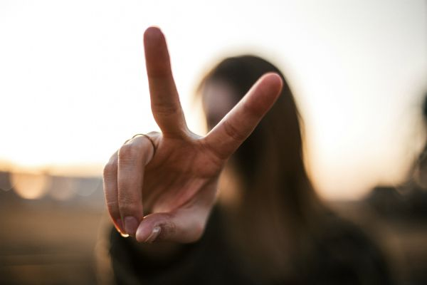 woman holding up two fingers | How to Take Advantage of a Flexible Schedule https://positiveroutines.com/flexible-schedule-tips/